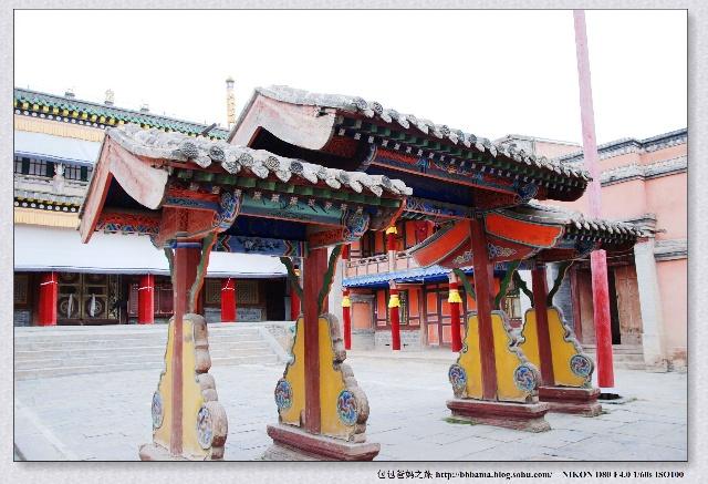 佛教传入西藏后,印度的佛塔,佛学思想等与西藏的苯教土石塔,以及藏族