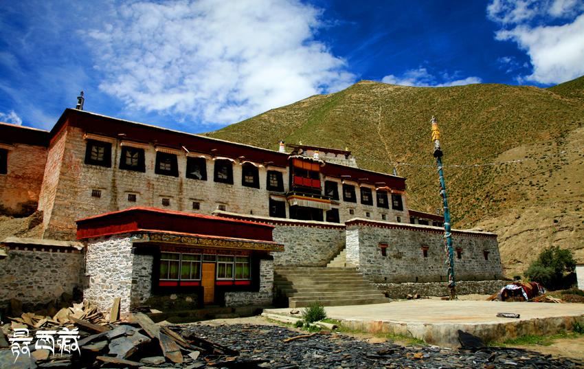 西藏山南地区白塔图片