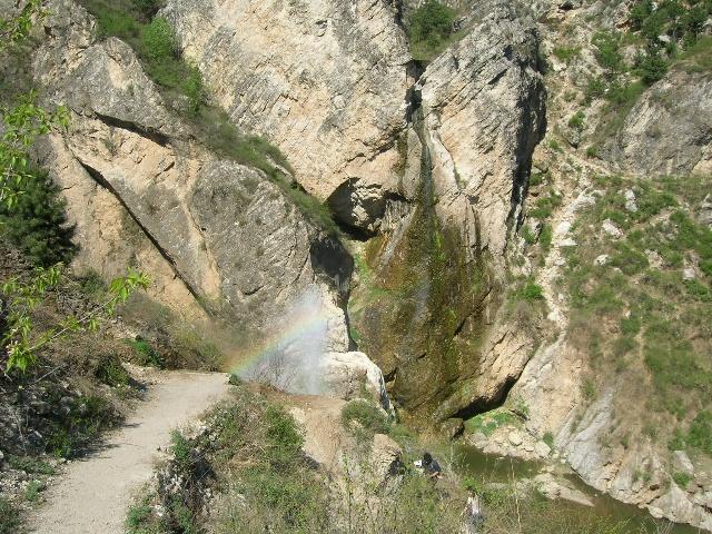 奔青龙县土门子乡,经过龟石岭再前行5公里,即到龙潭大峡谷;秦皇岛自驾