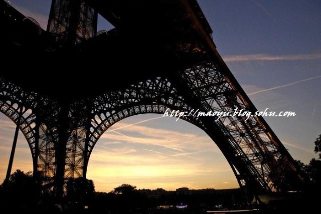 天空已经足够暗了,剪影一般的铁塔在晚霞的映衬下,显得更加的像蕾丝内