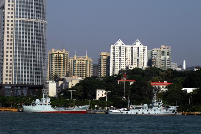 厦门海军的舰艇面朝美丽的海上花园鼓浪屿,背靠厦门经济特区的风水宝