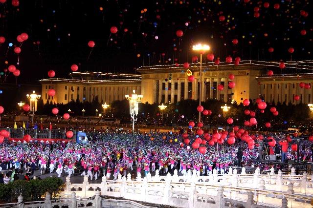 五彩气球放飞完毕后,孩子摇动着花环,涌向金水桥