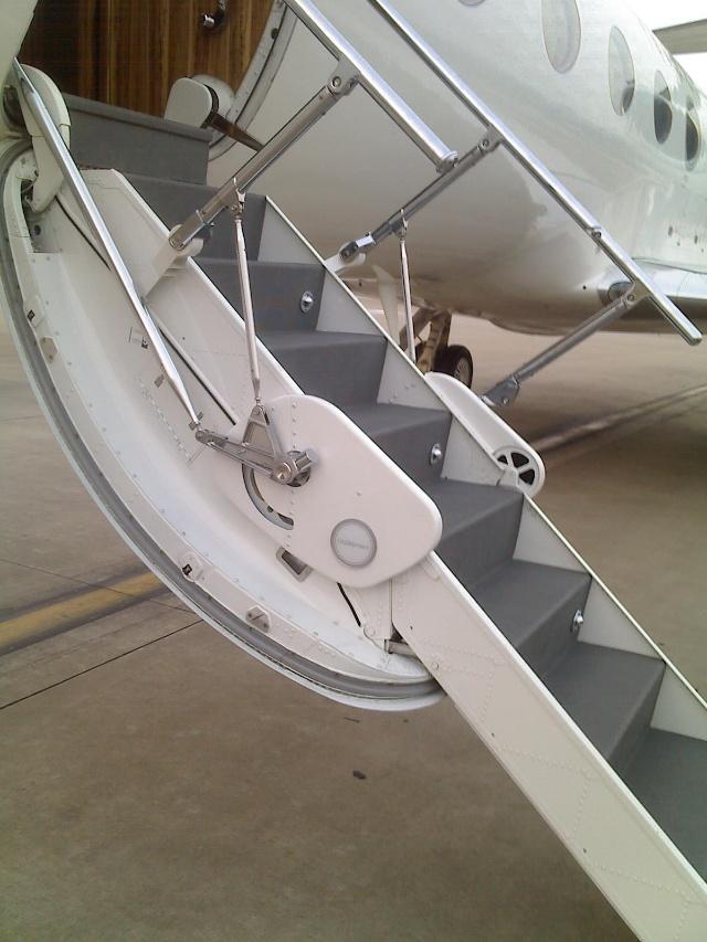揭秘私人飞机内部构造 图