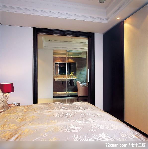 """设定现代古典为空间主题,设计师以其特色的设计手法,两色调的深浅配色及简洁而比例完美的空间线条,维持空间的简洁感,只在天花板做了简单的线板,壁面也用深色铁刀木做成沟缝腰带,与米白色壁面做跳色,并在材质做了变化,以壁布做为卧房主墙材质,为空间增添几许华丽质感。 [[img STYLE=""""DispLAY: block; MArGin: 0px auto 10px; TexT-ALiGn: center"""" ALT="""""""" src=""""http://simg."""