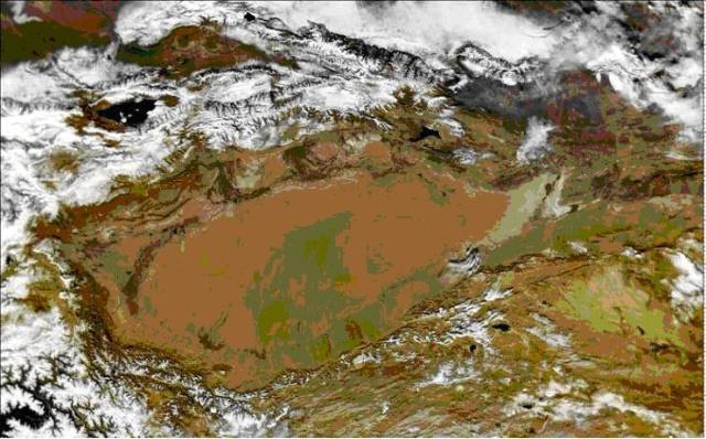 """塔里木盆地卫星遥感影像 总面积337600平方公里,占全国沙漠面积的47.3%,是中国最大的沙漠,世界第二大流动沙漠,也是世界上的七大沙漠之一。塔克拉玛干维吾尔语意""""进去出不来的地方"""",千百年来人们通常称它为""""死亡之海""""。 塔克拉玛干沙漠,系暖温带内陆干旱气候,酷暑最高温度达67."""