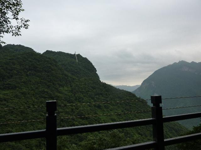 山路陡弯奇险.眼观车窗外的深谷悬崖,心惊神聚,莫大刺激.