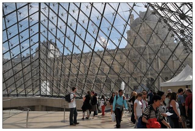 玻璃金字塔的内部,利用的完全是自然光