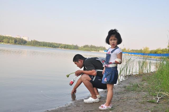 又来到奥海边,很多小孩子在这里捞鱼